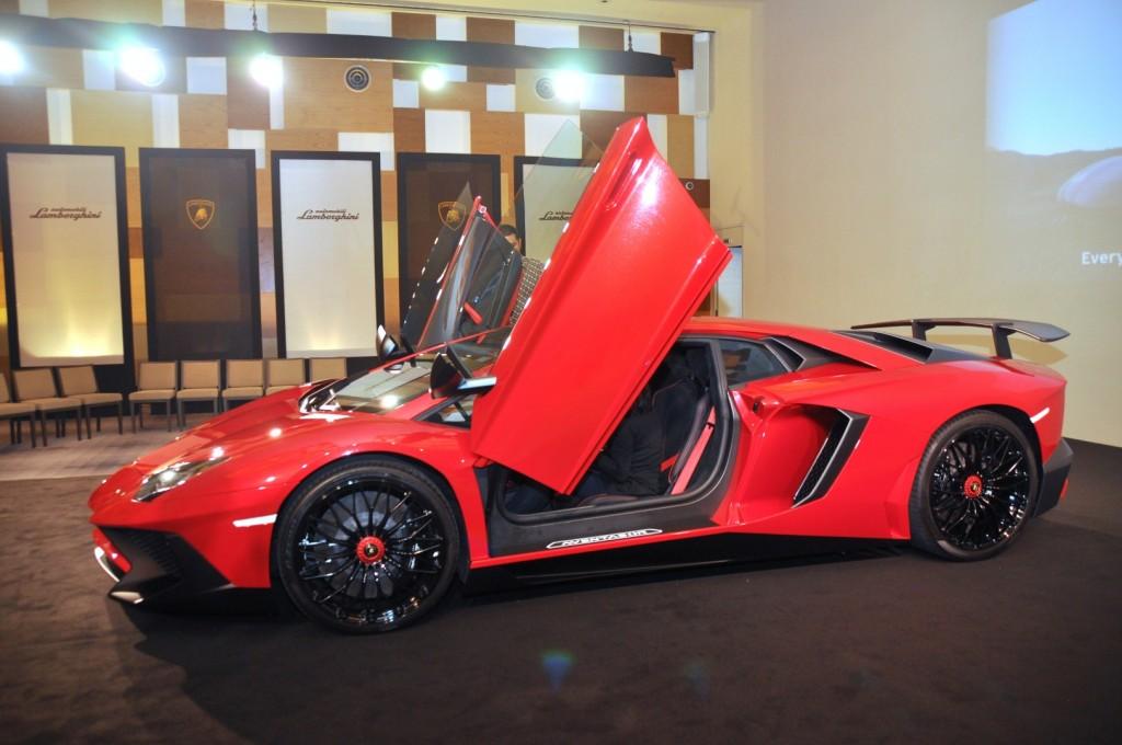 Lamborghini Aventador Lp 750 4 Superveloce Gets A Showing Carsifu
