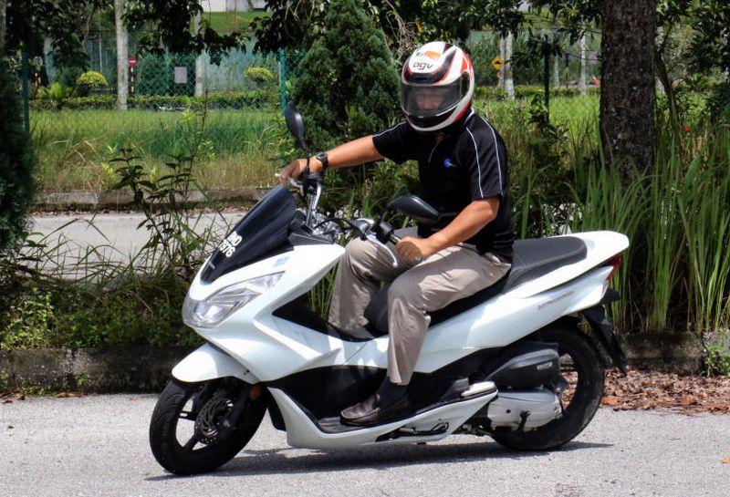 honda pcx scooter ridden carsifu. Black Bedroom Furniture Sets. Home Design Ideas