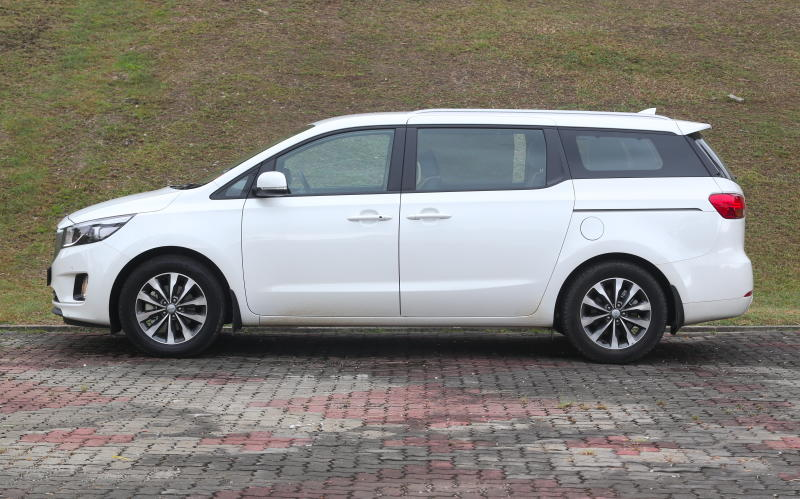 Big MPVs clash: Maxus G10 SE vs Kia Grand Carnival EX | CarSifu