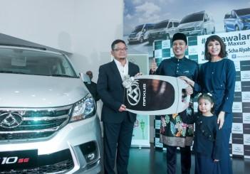 Maxus G10 - 01 (L-R) Weststar Group group managing director Tan Sri Syed Azman Syed Ibrahim, Awal Ashaari, Scha Alyahya and Lara Alana