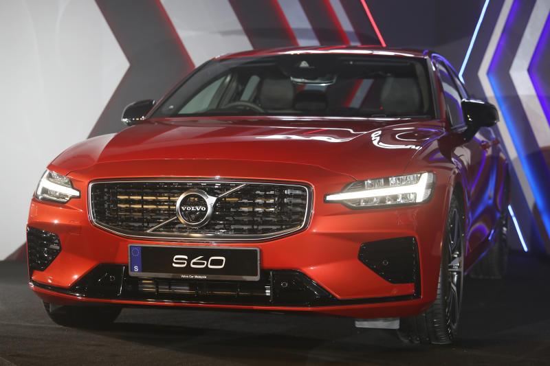 Volvo S60 T8 R Design (1)