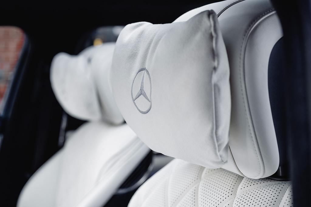 Mercedes Benz S 580 e MANUFAKTUR, Exterieur MANUFAKTUR vintageblau, Interieur MANUFAKTUR tiefweiß/schwarz (Kraftstoffverbrauch kombiniert (NEFZ): 1,5-1,1 l/100 km, CO2-Emissionen kombiniert: 33-26 g/km);Kraftstoffverbrauch kombiniert (NEFZ): 1,5-1,1 l/100 km, CO2-Emissionen kombiniert: 33-26 g/km* Mercedes-Benz S 580 e MANUFAKTUR, exterior MANUFAKTUR vintageblue, interior MANUFAKTUR deep white/black (combined fuel comsumption (NEDC): 1.5-1.1 l/100 km, combined CO2 emissions: 33-26 g/km);Combined fuel comsumption (NEDC): 1.5-1.1 l/100 km, combined CO2 emissions: 33-26 g/km*